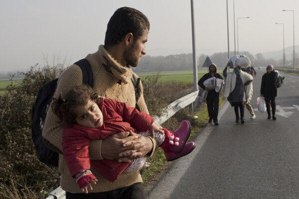Skupina migrantov kráčala po odstavnom pruhu diaľnice M1 smerom do Budapešti,