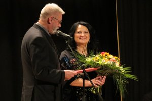 Pamätný list mesta Banská Bystrica odovzdáva riaditeľke školy viceprimátor Milan Lichý