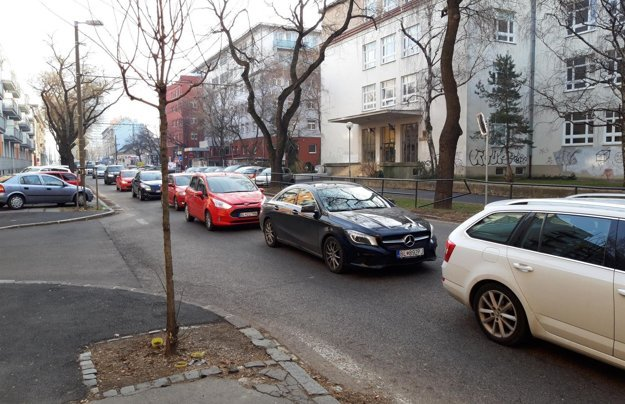Kolóna áut na Záhradníckej.