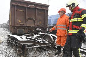 Nehodu na železnici postupne odstraňujú.