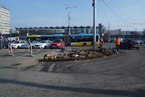 Posun termínu vytvorenia provizórnych zastávok o deň spôsobilo rozšírenie vjazdu na parkovisko.