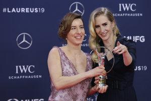 Slovenská paralympionička Henrieta Farkašová (vľavo) s jej navádzačkou Natáliou Šubrtovou pózujú s cenou počas slávnostného odovzdávania prestížnych športových cien Laureus World Sports Awards, v Monte Carlo.