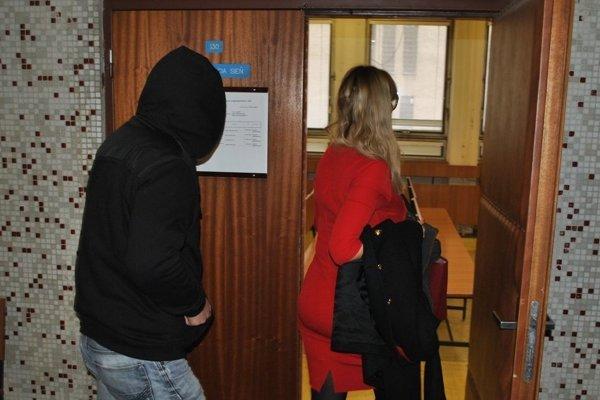 Michal B. v sprievode svojej advokátky prichádza na pojednávanie jedného zo svojich starších prípadov.