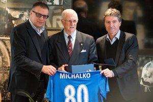 S prezidentom SFZ Jánom Kováčikom (vľavo) pri príležitosti Michalkovej osemdesiatky.