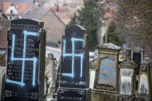 Poškodené hroby na židovskom cintoríne v obci Quatzenheim.