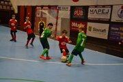 Výber OFS Přerov 1 (v zelenom) na snímke v dueli s FC Púchov vyhral turnaj bez inkasovaného gólu.