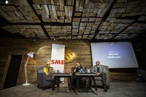 Na diskusii SME debatujú šéfredaktor Aktuality.sk Peter Bárdy (vpravo) a šéfredaktorka SME Beata Balogová. Moderuje Zuzana Kovačič Hanzelová (vľavo).