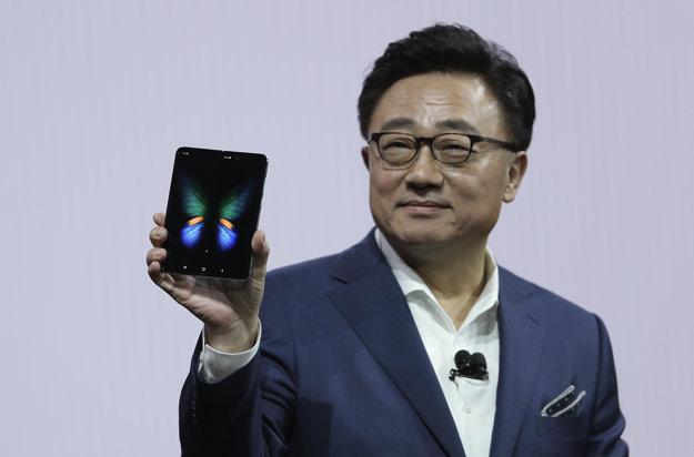 Šéf Samsungu DJ Koh so skladacím smartfónom Galaxy Fold.