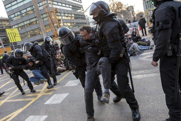 Policajti rozohnávajú demonštrantov, ktorí blokujú cestu vedúcu do Barcelony 21. februára 2019 počas generálneho štrajku na protest proti súdnemu procesu s bývalými separatistickými lídrami.
