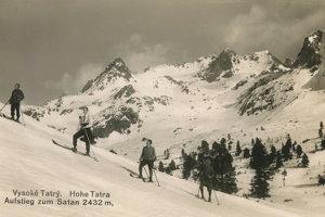 Výstupy na tatranské končiare na lyžiach robil už v 19. storočí priekopník lyžovania Mikuláš Szontagh. Na snímke výstup lyžiarov na vrch Satan.