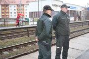 Policajti Dušan Mikloš (vľavo) a Ján Sarka zachránili muža, ktorý sedel v koľajisku na železničnej stanici.