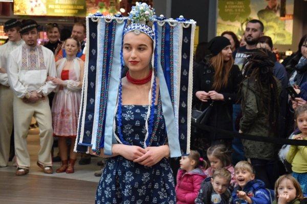 Folklórne parádnice, spojenie moderného z minulosťou.