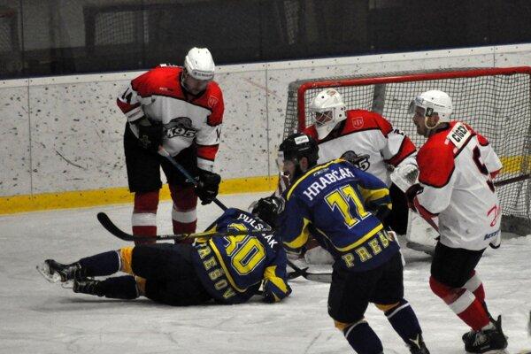 Prešov (v modrom) získal v skupine o udržanie jediný bod v Pov. Bystrici.