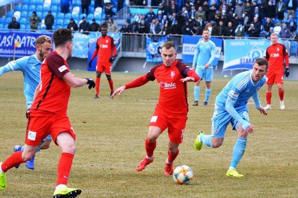 Futbalisti Slovana (v modrom) mali v Nitre aj podporu svojich priaznivcov.