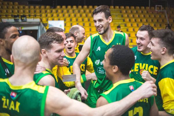 V Bratislave po zisku trofeje vypukli oslavy priamo na palubovke. Po tomto zápase na hráčov čakalo takmer dvojtýždenné voľno od súťažného stretnutia.