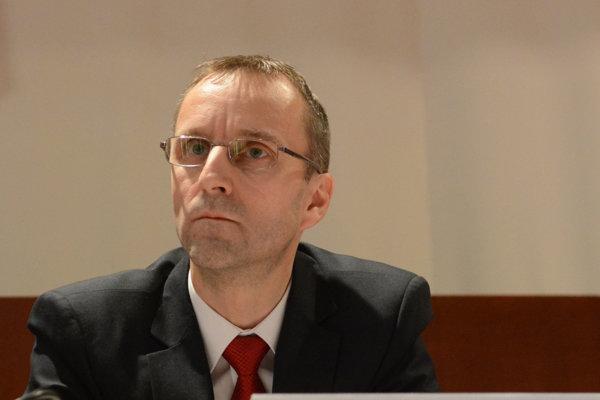 Ľubomír Hudák. Podľa poslancov a župana robí hlavný kontrolór politiku, prekáža im jeho dlhoročné členstvo v Smere.