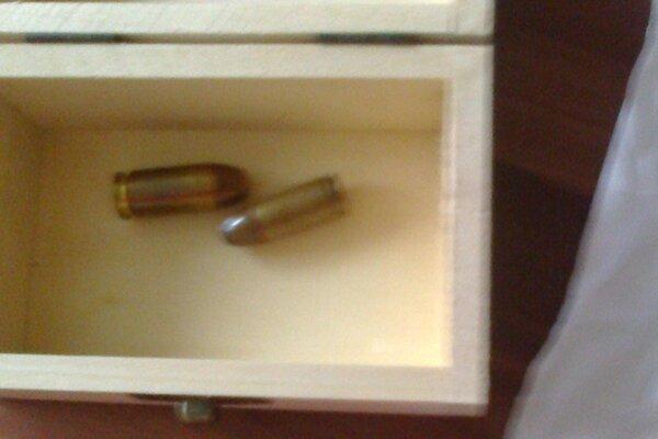 Dva náboje, ktoré našla Alena pešlová pred svojím bytom.