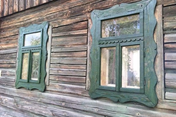 Drevenica má pôsobivé zelené okenice.