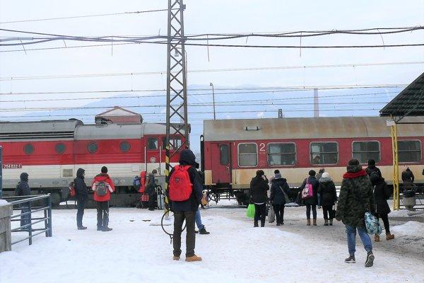 Staré dieselové lokomotívy sa čoraz častejšie kazia. Doplácajú na to cestujúci.