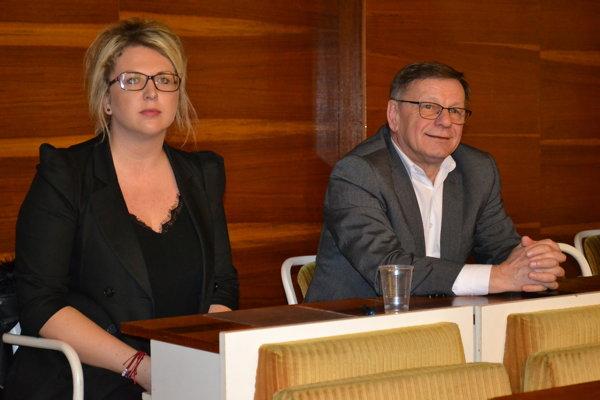 Dosluhujúci riaditeľ MKOS Daniel Andráško a nová riaditeľka Diana Turčík na utorkovom rokovaní mestského zastupiteľstva.
