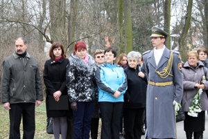 Obyvatelia a pozostalí na pietnej spomienke pri príležitosti 9. výročia výbuchu vo VOP Nováky.