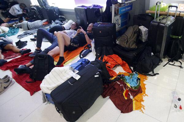 Ľudia zostali zaseknutí na letiskách.