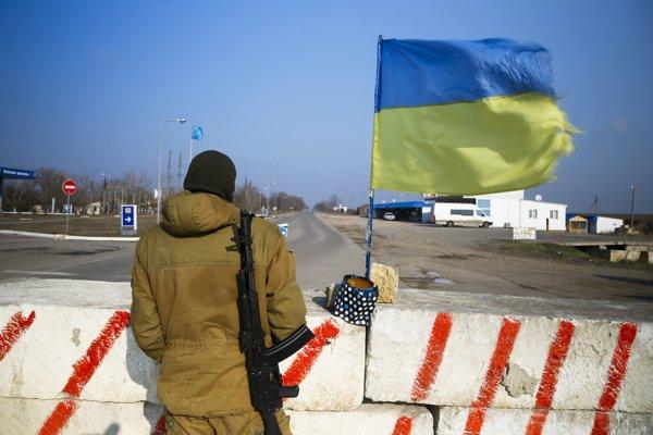Ukrajinský dobrovoľník stojí pri hranici s Krymom.