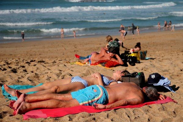 Ľudia sa opaľujú na pláži v prímorskom letovisku Biarritz na juhozápade Francúzska 27. februára 2019.