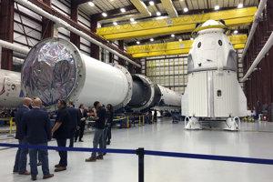 Kapsula Crew Dragon v hangári SpaceX na Myse Canaveral.