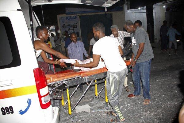 Záchranári na mieste po výbuchu.