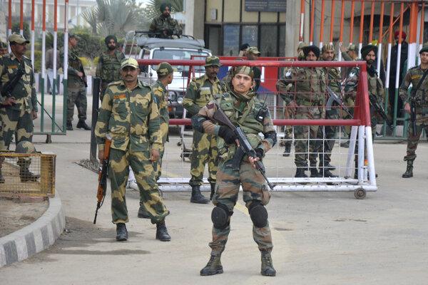 Indickí vojaci na hranici s Pakistanom.