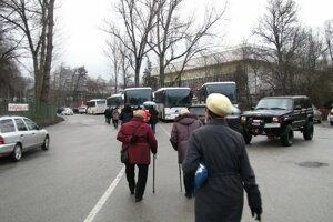 Približne desiatka autobusov priviezla na oslavy MDŽ ľudí z iných miest kraja.