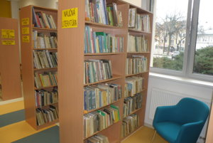 Oddelenie s detskými knihami v handlovskej knižnici.