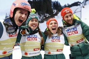 Zľava Karl Geiger, Juliane Seyfarthová, Katharina Althausová a Markus Eisenbichler.