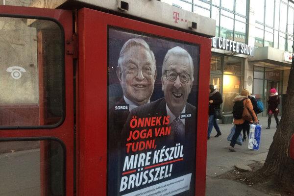 Antikampaň zobrazuje Jeana-Claudea Junckera na plagátoch vedľa Georgea Sorosa.