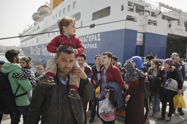 Utečenci prichádzajú do aténskeho prístavu Pireus.