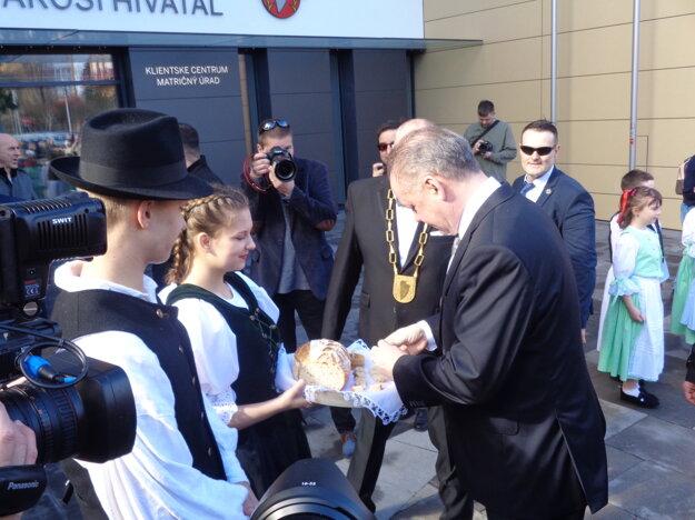 Prezidenta privítali chlebom a soľou.