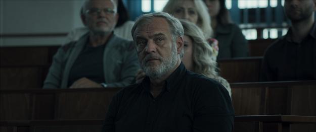 Na súde ako otec zavraždeného chlapca vo filme Ostrým nožom.