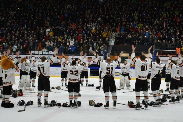 Takto Michalovčania oslavovali tretie finálové víťazstvo so svojimi fanúšikmi.
