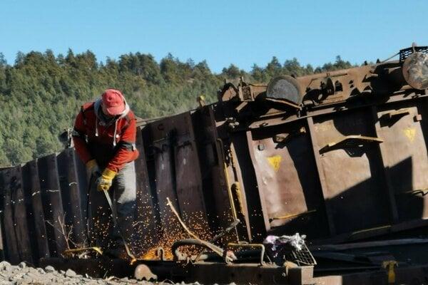 Rozpaľovanie vykoľajených vagónov v Krompachoch začali.
