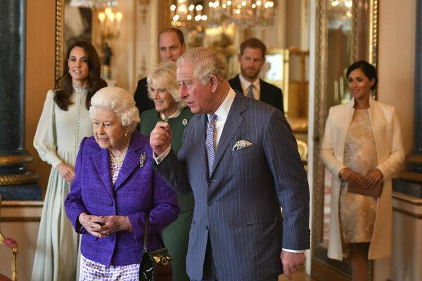 Britská kráľovná Alžbeta II. so svojim synom Charlesom, ktorý má titul princ už 50 rokov.