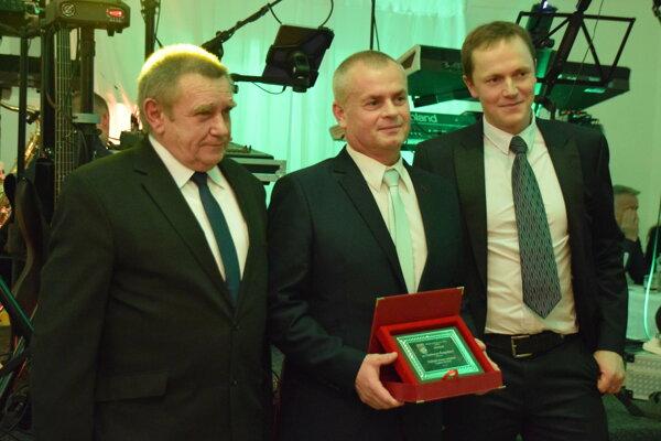 Vladimír Čvapek (v strede) si vjanuári prevzal ocenenie od ObFZ Žilina.