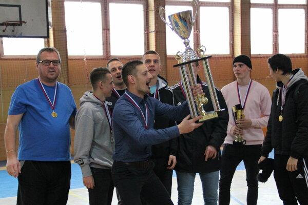 V Trstenej sa z víťaznej trofeje tešilo družstvo Starek Transport.