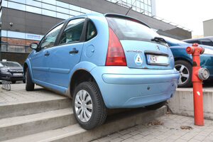 Nad parkovacími schopnosťami šoféra ľudia krútili hlavou.