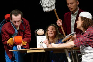 Na snímke zľava Michal Németh, Barbora Juríčková, Matej Valašík a Mária Ševčíková počas generálnej skúšky hry Michaela Endeho Dievčatko Momo a ukradnutý čas v Bábkovom divadle v Žiline.