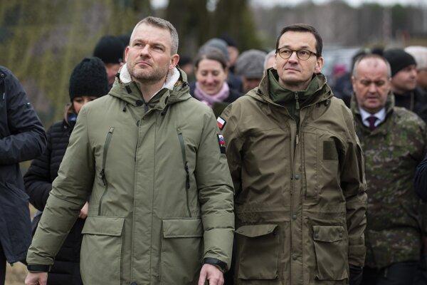 Na snímke zľava predseda vlády SR Peter Pellegrini, predseda vlády Poľskej republiky Mateus Morawiecki a minister obrany SR Peter Gajdoš počas prehliadky vojenskej techniky na Oslavách pri príležitosti 20. výročia vstupu Poľskej republiky do NATO.