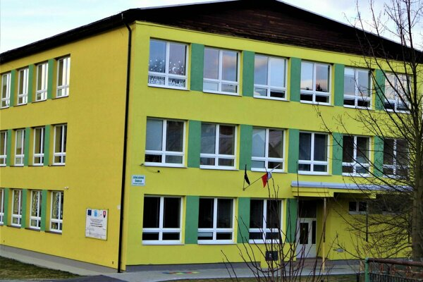V Kysuckom Lieskovci malo dôjsť k podvodom pri rekonštrukcii školy, za čím má stáť bývalý starosta. Ten vinu popiera.