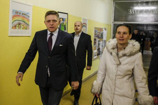 Premiéra Fica do volebnej miestnosti sprevádzala manželka Svetlana.
