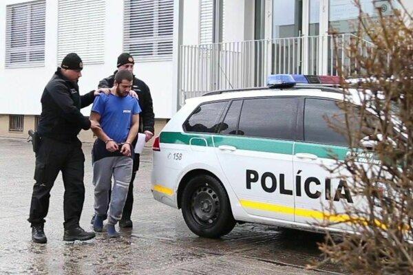 Pred policajtmi utekal len v ponožkách, nestihol sa totiž obuť.