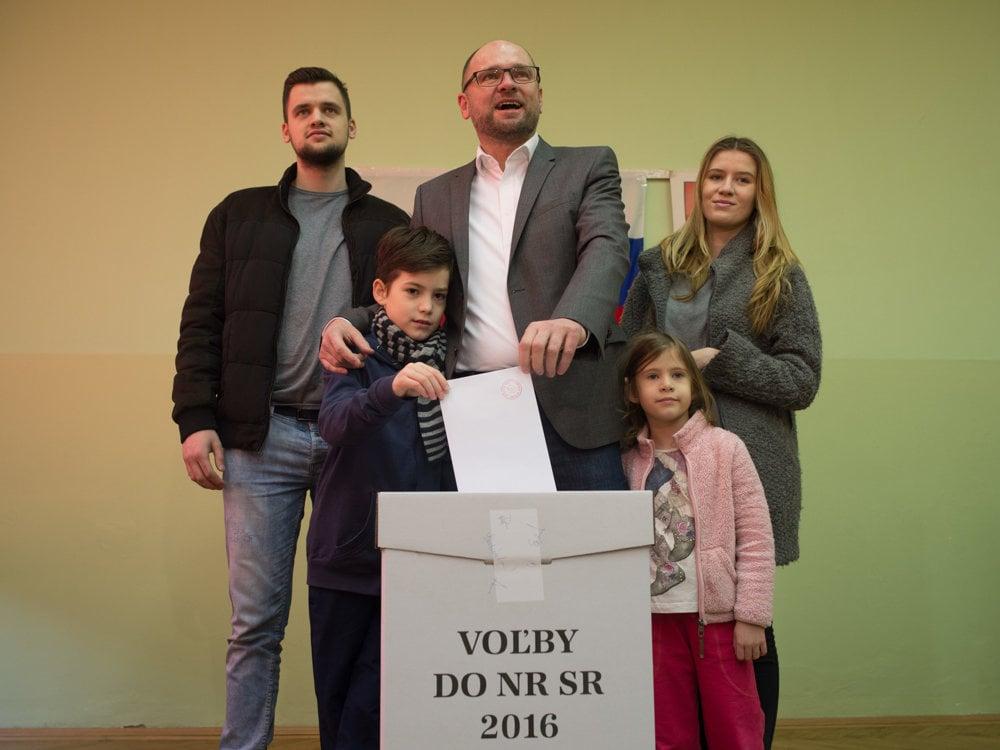Predseda strany Sloboda a Solidarita Richard Sulík vhodil lístok s rodinou.